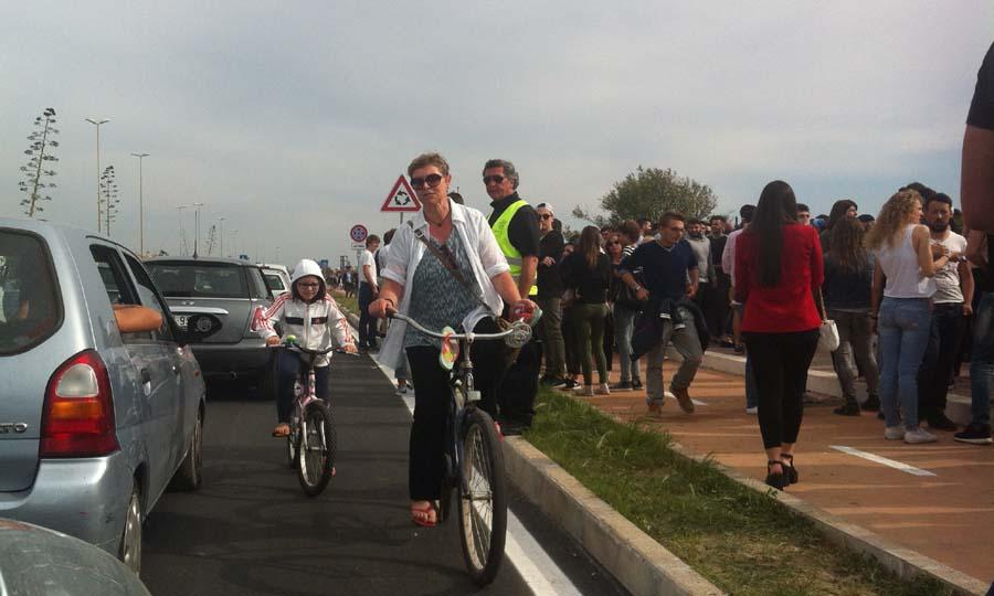 Ciclabile folla e bici contromano2 ok