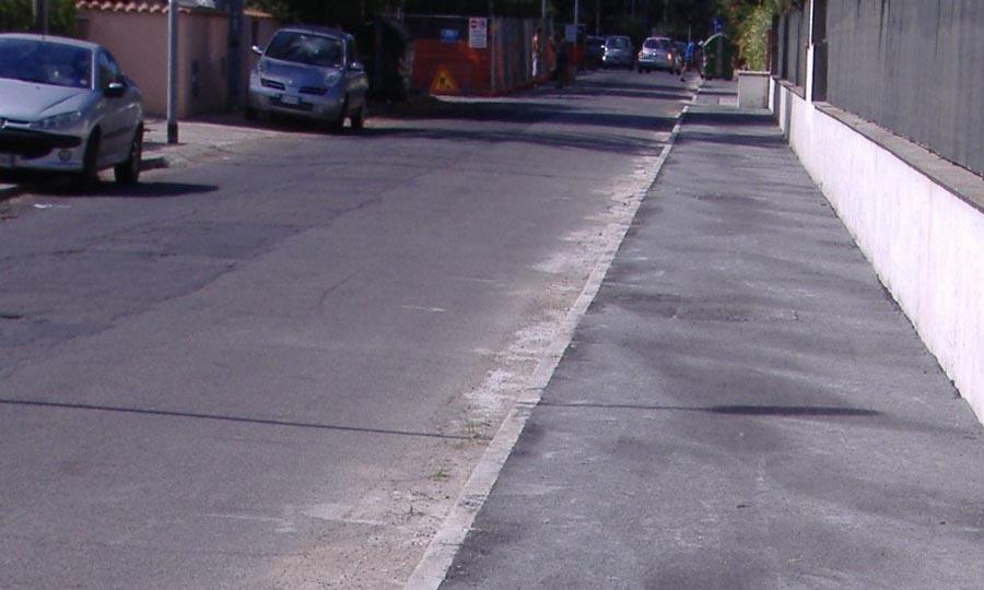 Viale Nettuno, multe per auto su marciapiedi