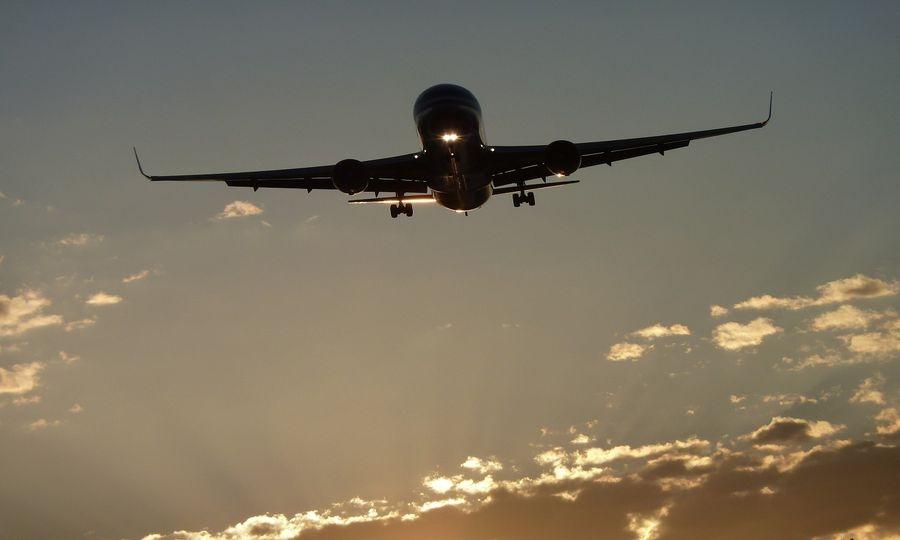 Hostess aggredita, atterraggio d'emergenza