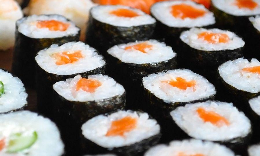 Mangiano sushi, intossicati