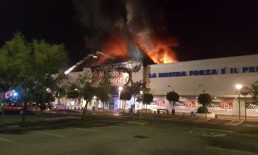 Central Market Da Vinci, in fiamme Mondo Convenienza