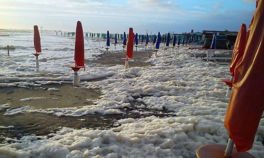 La spiaggia invasa di schiuma