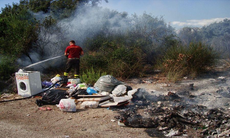 In fiamme macchia e rifiuti