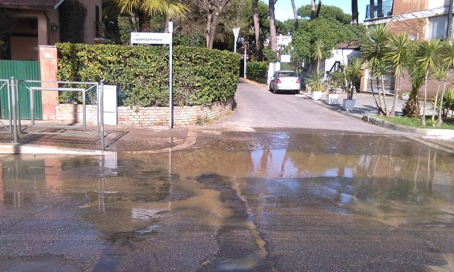 Perdita idrica su viale Castellammare