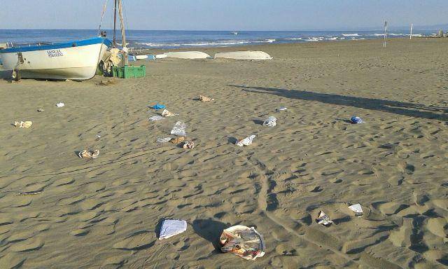 Rifiuti spiaggia villaggio k