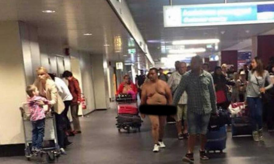 Uomo nudo all'aeroporto, la foto è virale sul web