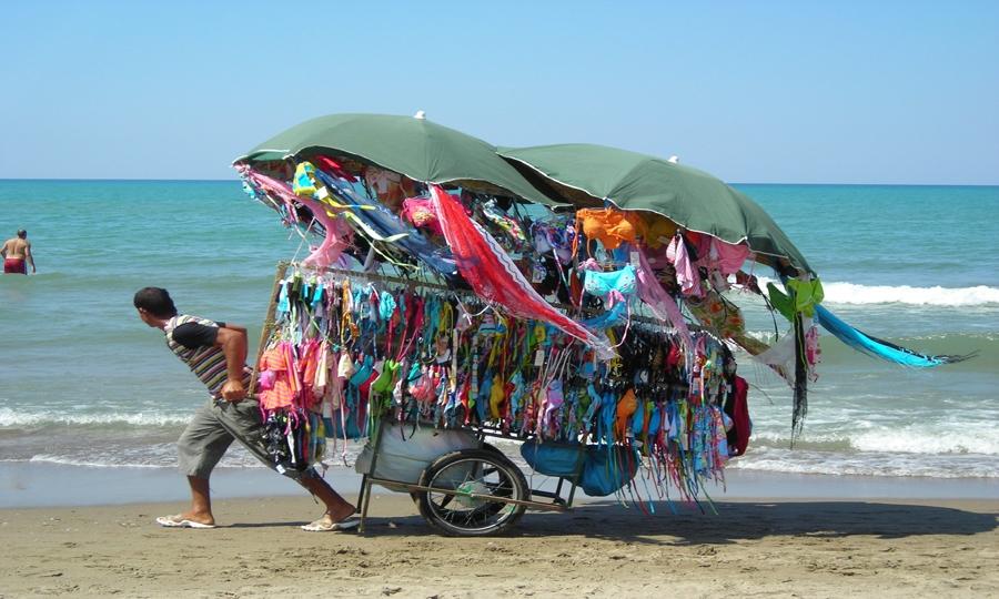 Bazar in spiaggia con tanto di licenza