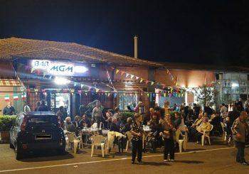 """In festa con il """"Bar MGM"""", la piazza della stazione cambia volto"""