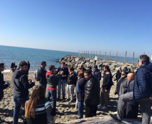 La protesta per i fondi stanziati dalla Regione contro l'erosione