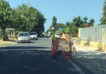 Via delle Tamerici, restringimento pericoloso