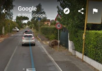 Via Tre Denari, tabelle bus in tratti senza marciapiedi