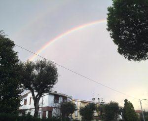 L'affascinante buongiorno dell'arcobaleno