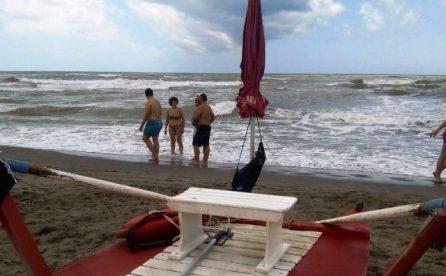 Red Beach, salvata signora in mare