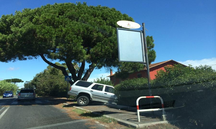 Pickup fuoristrada in viale Castel San Giorgio