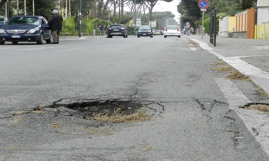 Viale Castellammare, un'altra buca pericolosa