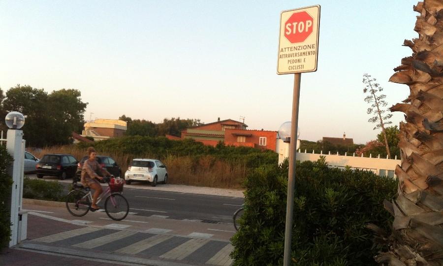 Ciclisti bersagli delle auto in uscita dai parcheggi