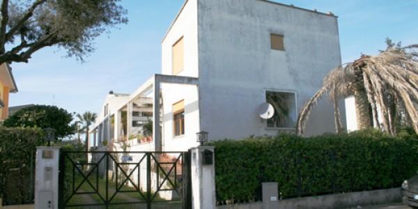Fregene – vendita villa bifamiliare con giardino